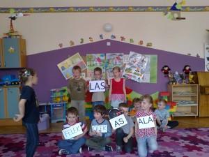 Przedstawienie starszaków Leśne Ostępy dla maluszków (1)