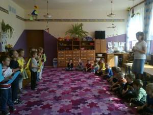 Przedstawienie starszaków Leśne Ostępy dla maluszków (2)