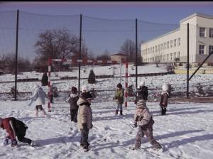 Zimowe zabawy na boisku (1)