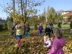 Zabawy w przedszkolnym ogrodzie (2)